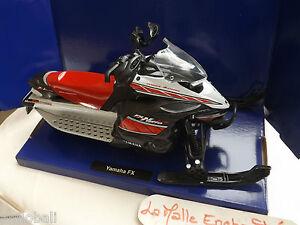 MOTO-MINIATURE-YAMAHA-MOTO-NEIGE-FX-1-12-NEW-RAY-NEUVE-EN-BOITE-23-CM-SNOWMOBILE