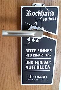 lustiges-Tuerschild-Tuerklinkenhaenger-Pappe-deutsch-u-englisch-Rockband-Werbung