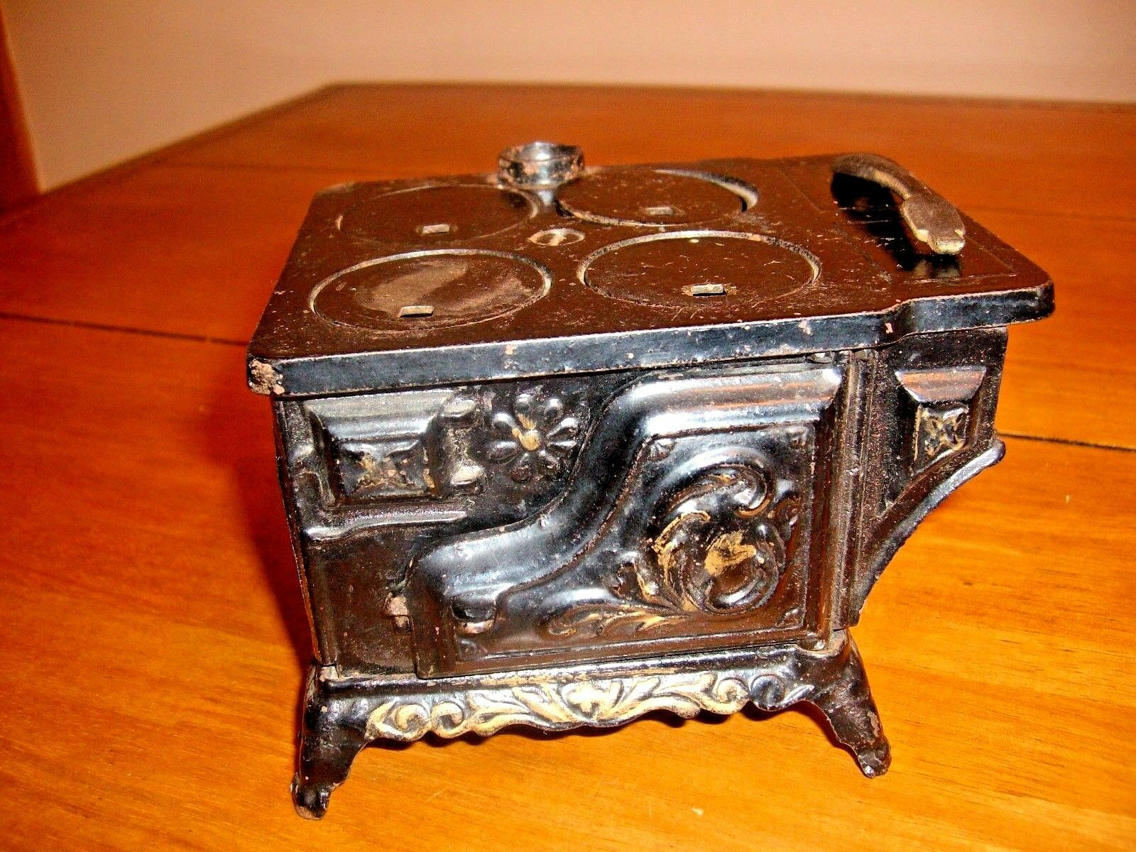 ANTIQUE DAISY C.1900 CAST IRON TOY STOVE