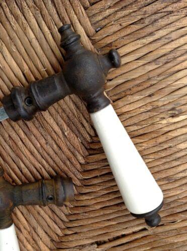 Türklinke aus Antik-Eisen mit Porzellan Griff in antik-weiß