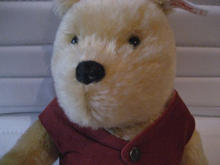 Steiff Winnie the Pooh Classic Bär sitzend  20 cm, Mohair, Neu