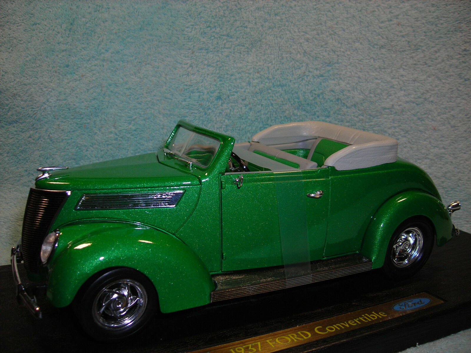 1 18 SCALE 1937 FORD DELUXE CABRIOLET TOP DOWN IN  METALLIC GREEN BY YAT-MING.