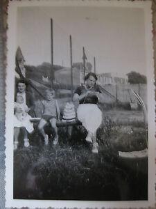 Photographie-vintage-Bebe-en-famille-tricot-Snapshot-vers-1935