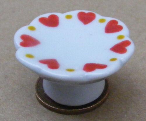 Soporte de pastel de escala 1:12 blanco con un motivo de casa de muñecas en miniatura de corazón NW64hl