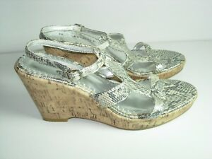 WOMENS-SILVER-WHITE-SNAKE-ANKLE-STRAP-COMFORT-SANDALS-WEDGE-HEELS-SHOES-SIZE-8-M
