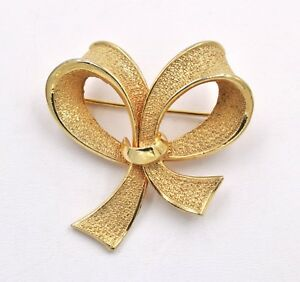 Vintage-Holiday-Bow-Figural-Textured-Gold-Plated-Brooch-Pin