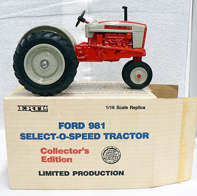 FORD 901 COLLECTORS EDITION COLLECTIBLE TRACTOR IN ORIGINAL BOX