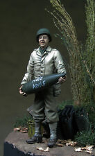 1/35 Scale resin model kit US Soldier WW2 - Holding artillery shell