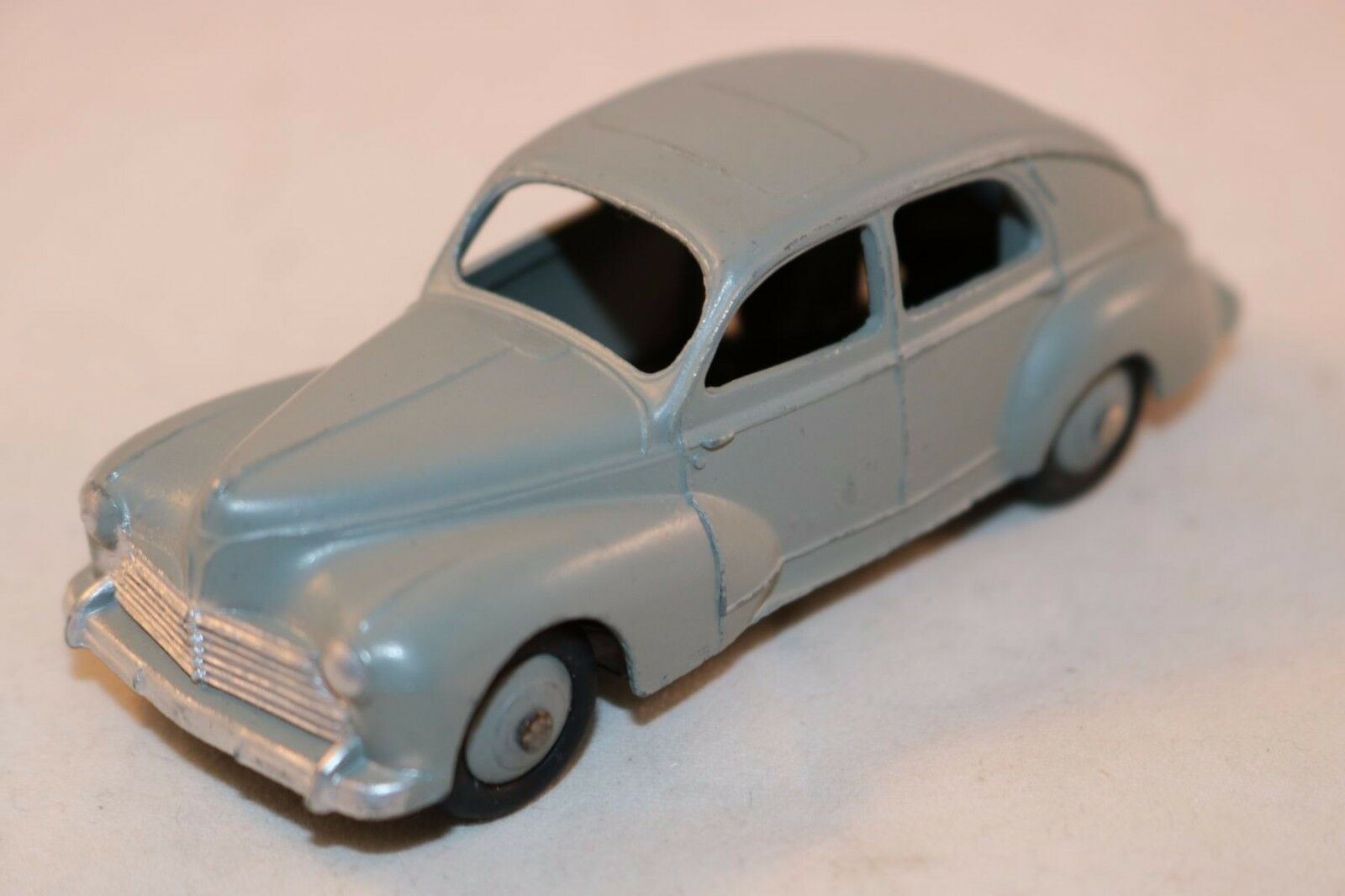 Dinky Toys 24R 24 R Peugeot 203 Dark gris mint with gris convex hubs SCARCE