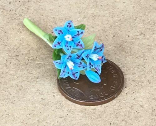 Échelle 1:12 bande de 3 bleu Lilly style fleurs /& un bourgeon tumdee maison de poupées