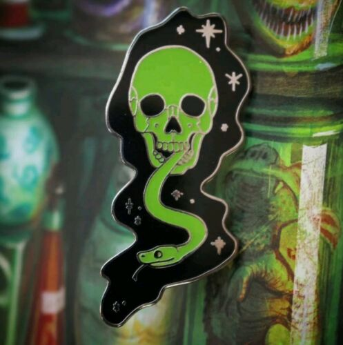 Harry Potter GLOW IN DARK Mark Pin Badge Hogwarts Voldemort Death Eater skull