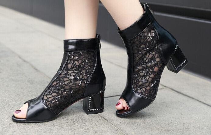 Botas de mujer perforado verano en negro talón 6 cm tipo encaje 8389