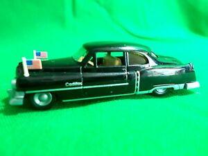 H0-Praline-Cadillac-Coupe-de-Ville-1952-mit-Standarten-der-Regierung-der-USA