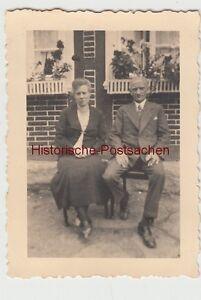(f12160) Orig. Photo Couple Est Assis Devant Une Maison, 1930er-afficher Le Titre D'origine Diversifié Dans L'Emballage