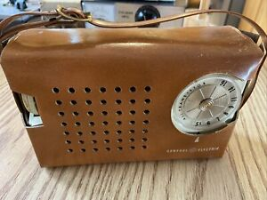 VTG GE GENERAL ELECTRIC TRANSISTOR AM RADIO IN FAUX LEATHER CASE~P-808J