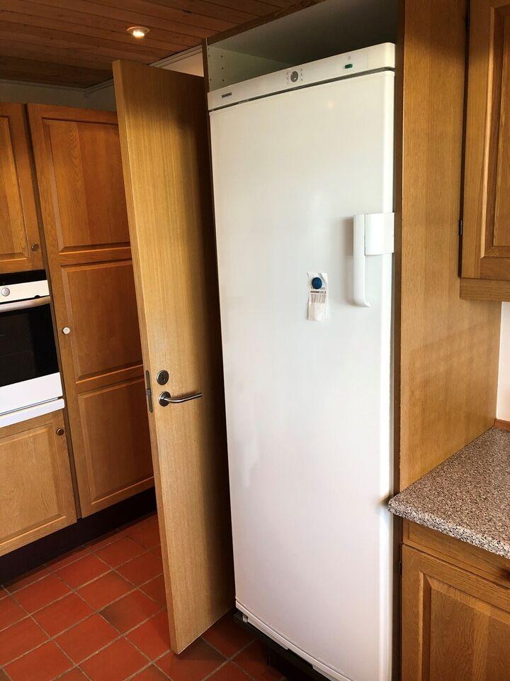 HTH-køkken i massivt eg inkl. Siemens345L køles...