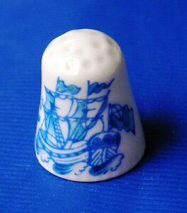 Fingerhut-Fregatte-Segelschiff-edles-Porzellan-blau-auf-weiss