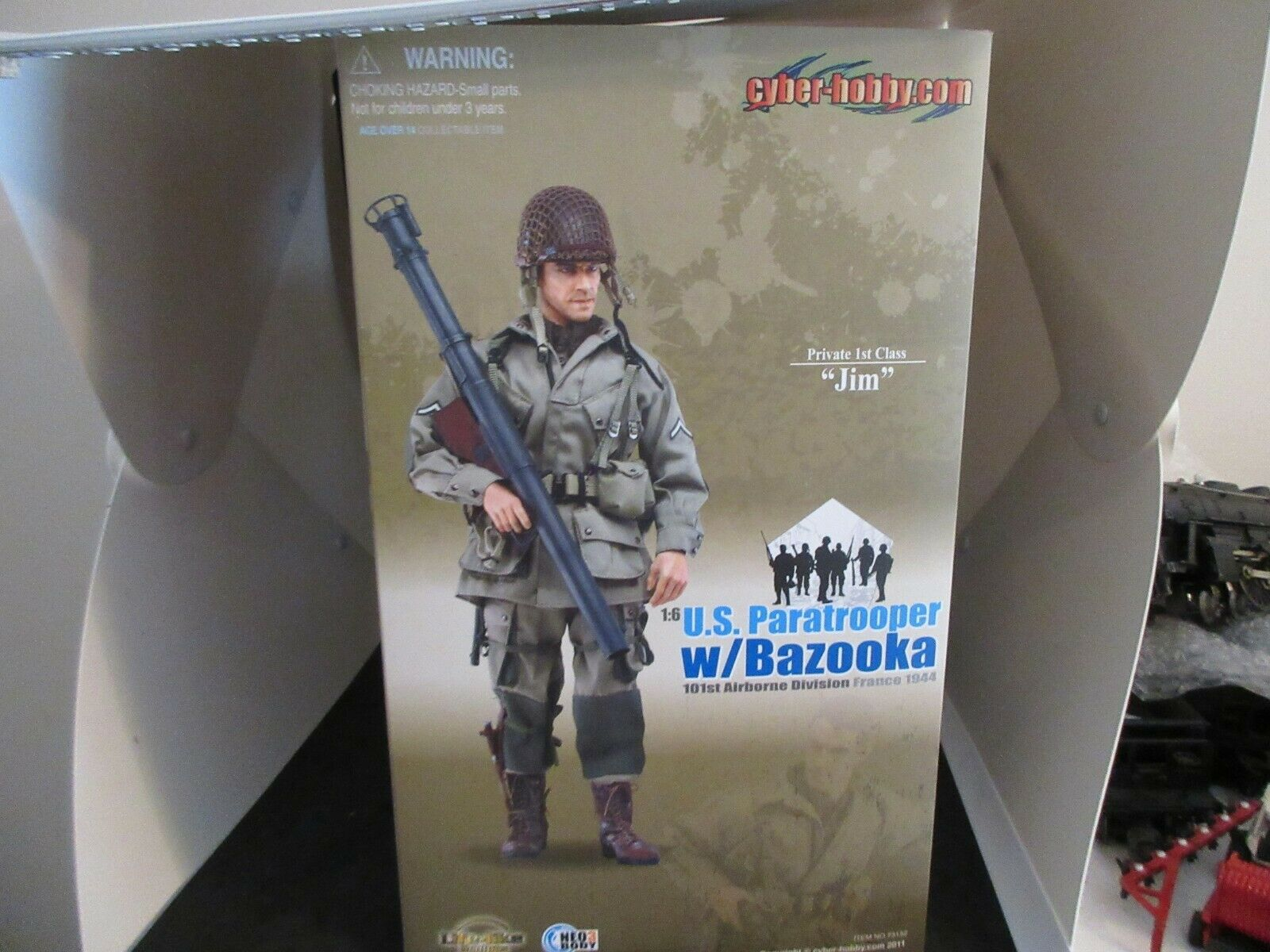 Cyber Hobby 1 6th Scale U.S. RANGER Paratrooper with Bazooka  Jim  Figurine  73152