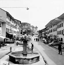 SUISSE c. 1960 - Autos Rue de la Cité Fontaine Gruyère - Négatif 6 x 6 - Sui 123