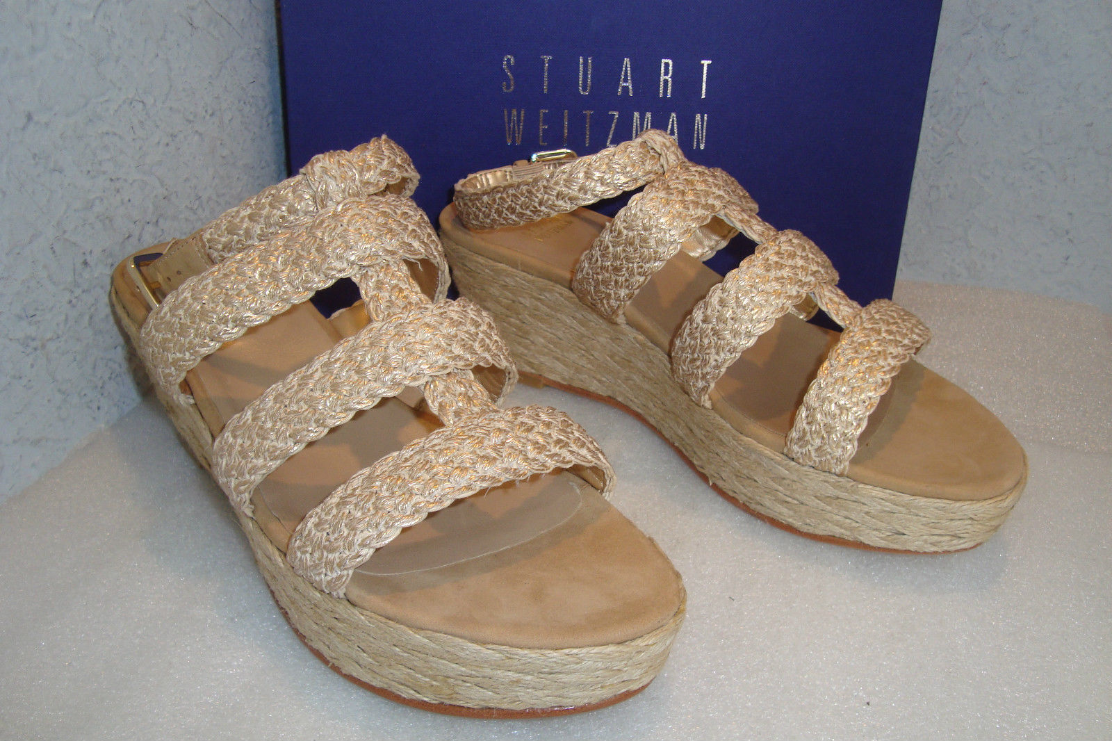 NWT and Box Stuart Weitzman Haiti oro Crochet and Leather Wedge Sandals Dimensione 7