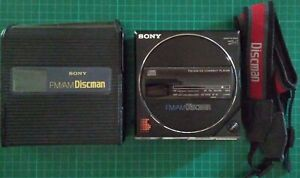 1986 SONY D-77 DISCMAN PORTABLE FM/AM CD PLAYER + BP-200 WITH CARRY CASE & STRAP