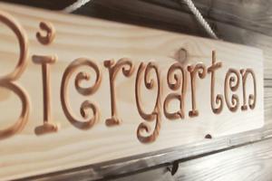 Biergarten - Holz Dekoschild, massiv, gefräste Gravur, Geschenkidee, Bar, Garten