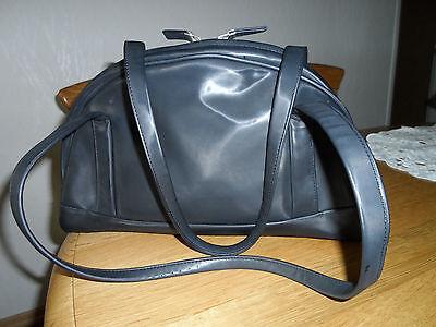 Schwarze mattglänzende Tasche lange Hänkel Reißverschl. beidseitig zu öffnen