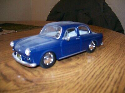 Maisto VW Volkswagen 1600 1:24 Diecast Model Car Burgundy