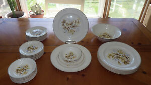 Vintage Dinnerware Set Universal Camwood Ivory Cambridge 1940 32 pieces Floral