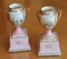 2 jolies coupe en porcelaine décoré sur socle élément de mobilier de poupée