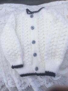 """Brand New Hand Knitted Baby Cardigan Blanc/bleu Marine. Taille 3-6 Mois 18""""-afficher Le Titre D'origine"""