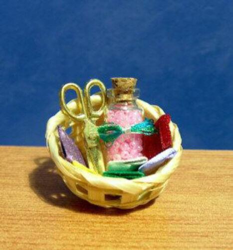1//12 Maison de poupées miniature COUTURE Panier /& ciseaux mercerie vêtements BN LGW