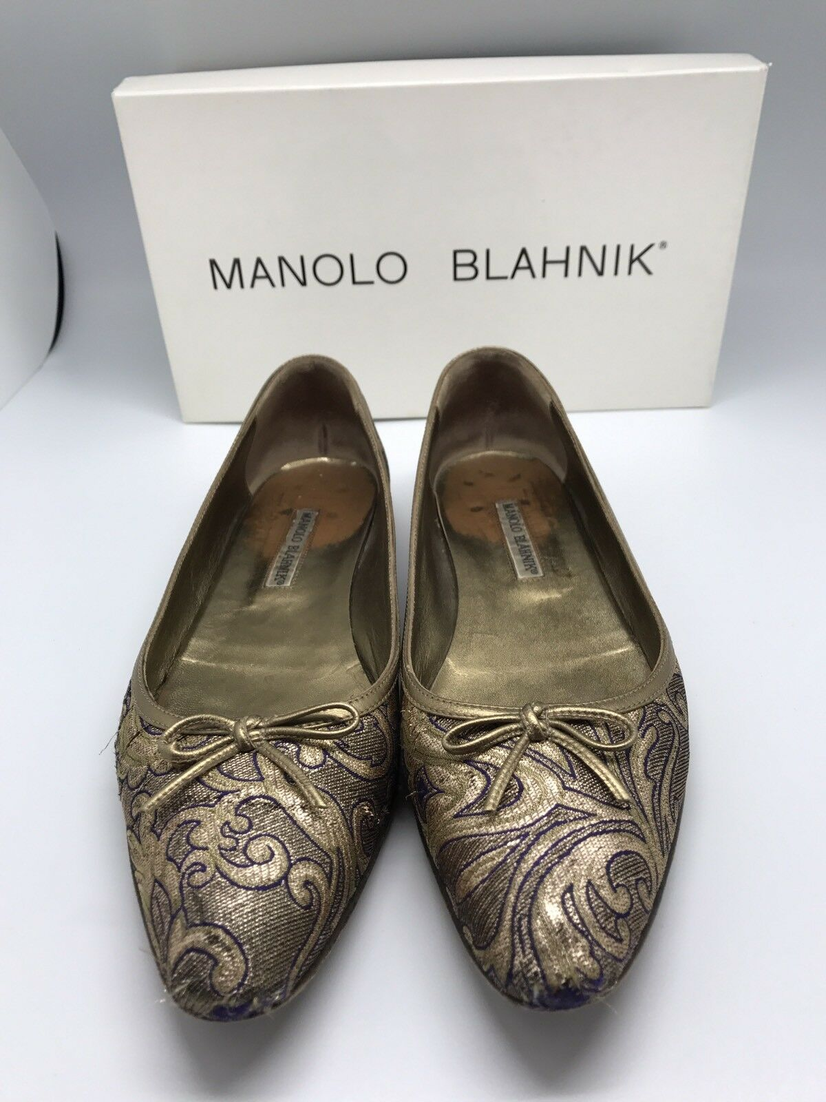 MANOLO BLAHNIK Gold Bronze Ornate EmbroideROT Canvas Bow Flats Größe 38 1/2 8.5
