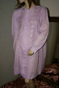 Bildhübsches Vintage Déshabillé * Nuit Robe Lavande Broderie L-afficher Le Titre D'origine Demande DéPassant L'Offre