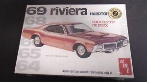 AMT-1969-BUICK-RIVIERA-STOCK-OR-CUSTOM-1996-ISSUE-PLASTIC-MODEL-CAR-KIT-SEALED