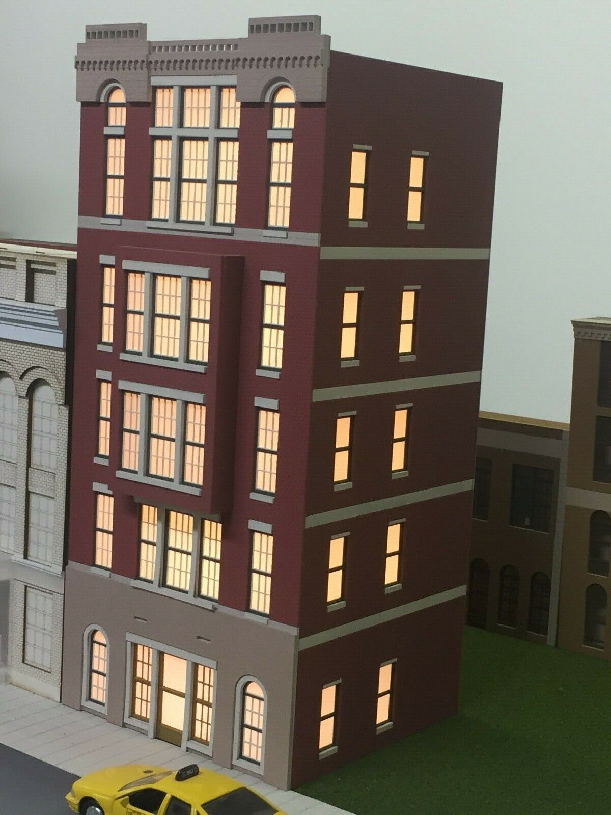 O Scale Layout Building Cameron Apartments 5-Story Lit, CS-01-5020-BAY-WLR-B2