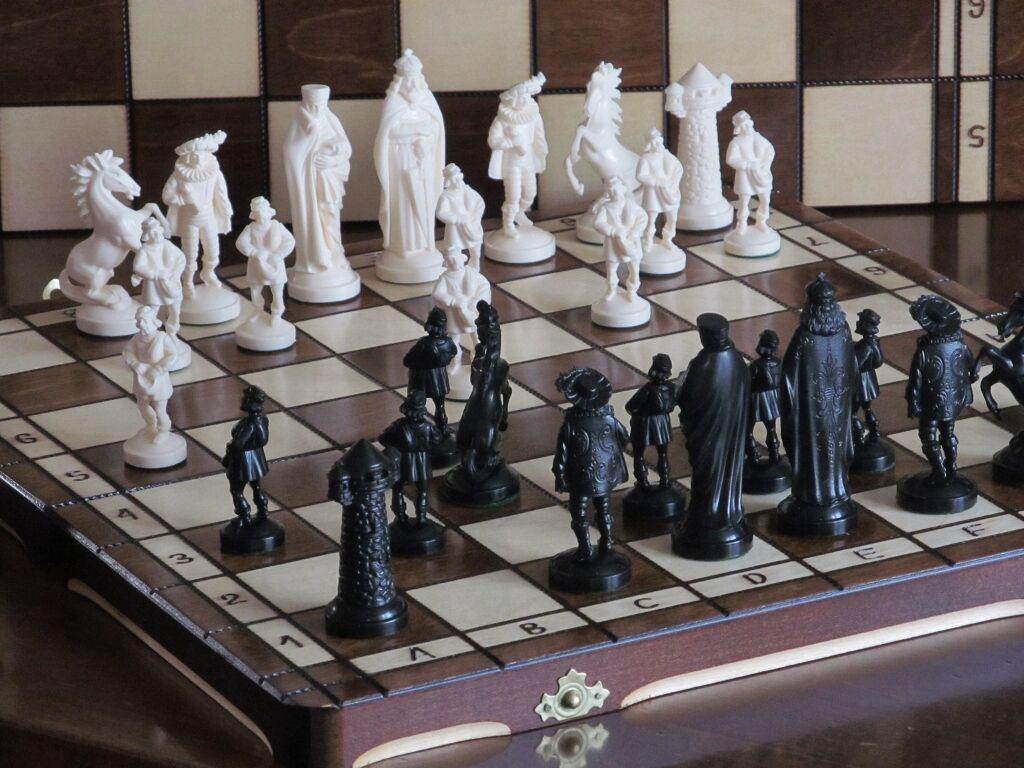 Brand new ♚ médiéval design chess set ♞ great board.