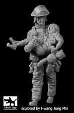 Black Dog 1:35 Fireman #5 Rescuing Girl Resin Figure Kit #F35164