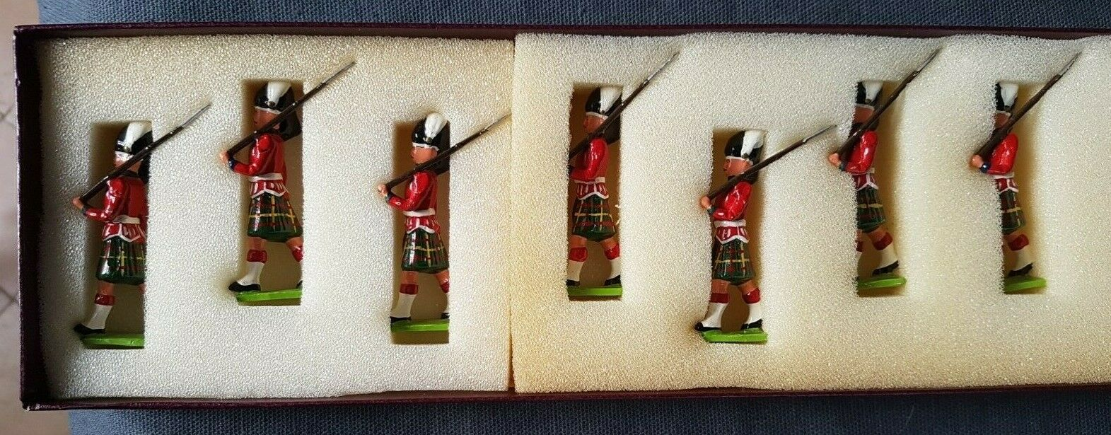New Toy Soldiers Company  Gordon Highlanders  7 Figures
