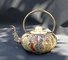 Superbe Théière Satsuma en porcelaine japonaise avec monture en métal argenté.