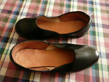 paire de chaussures femmes ou de repos militaire annees 60 70