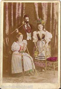 Coloriertes-CAB-photo-Feiner-Herr-mit-Damen-in-Tracht-1895