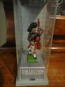 Scots Guard Piper Painted Metal Figure 1:32 Scale Gift Pack 41072 W Britain