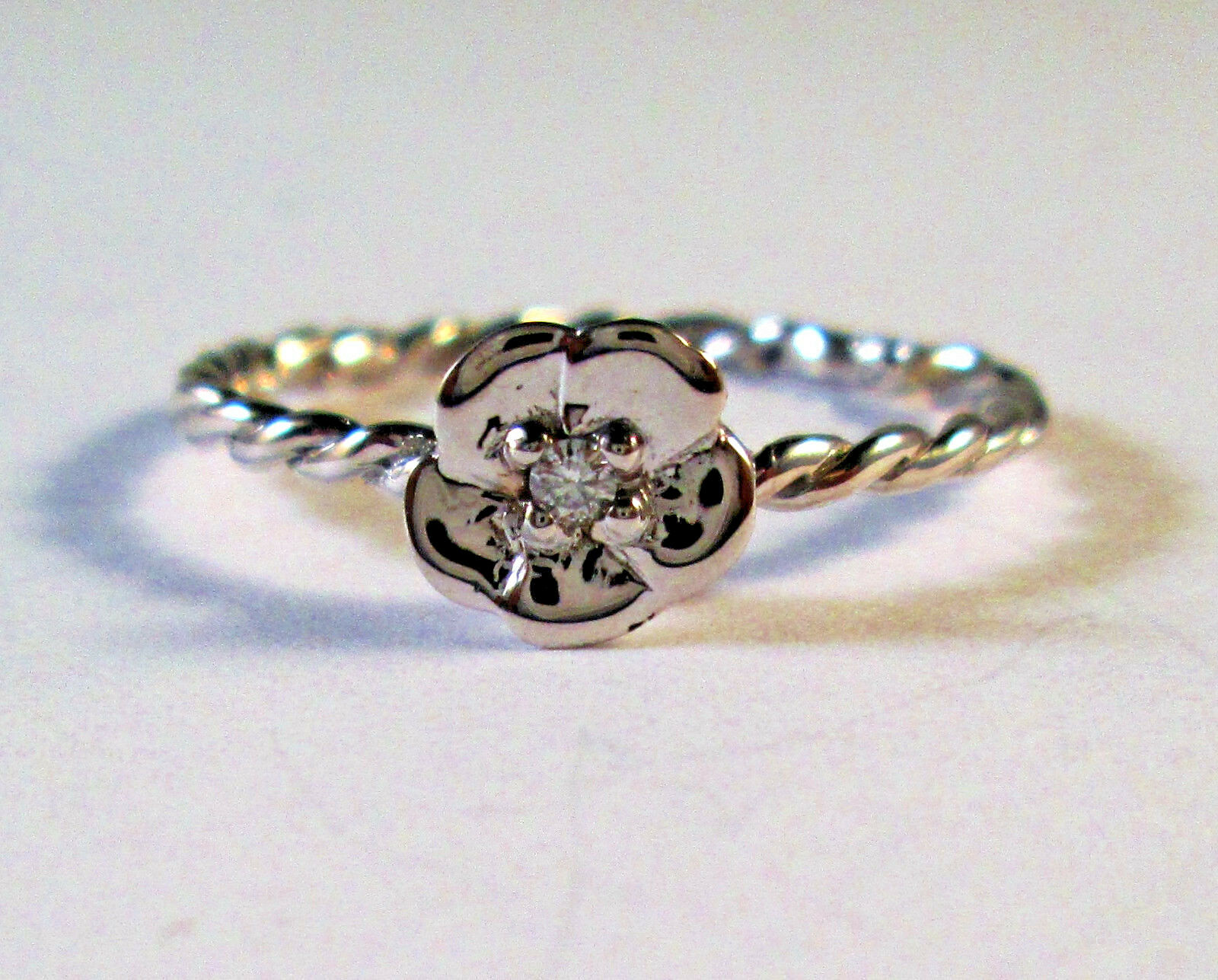 14 KT SOLID WHITE gold   FLOWER  RING  WITH DIAMOND SZ 6