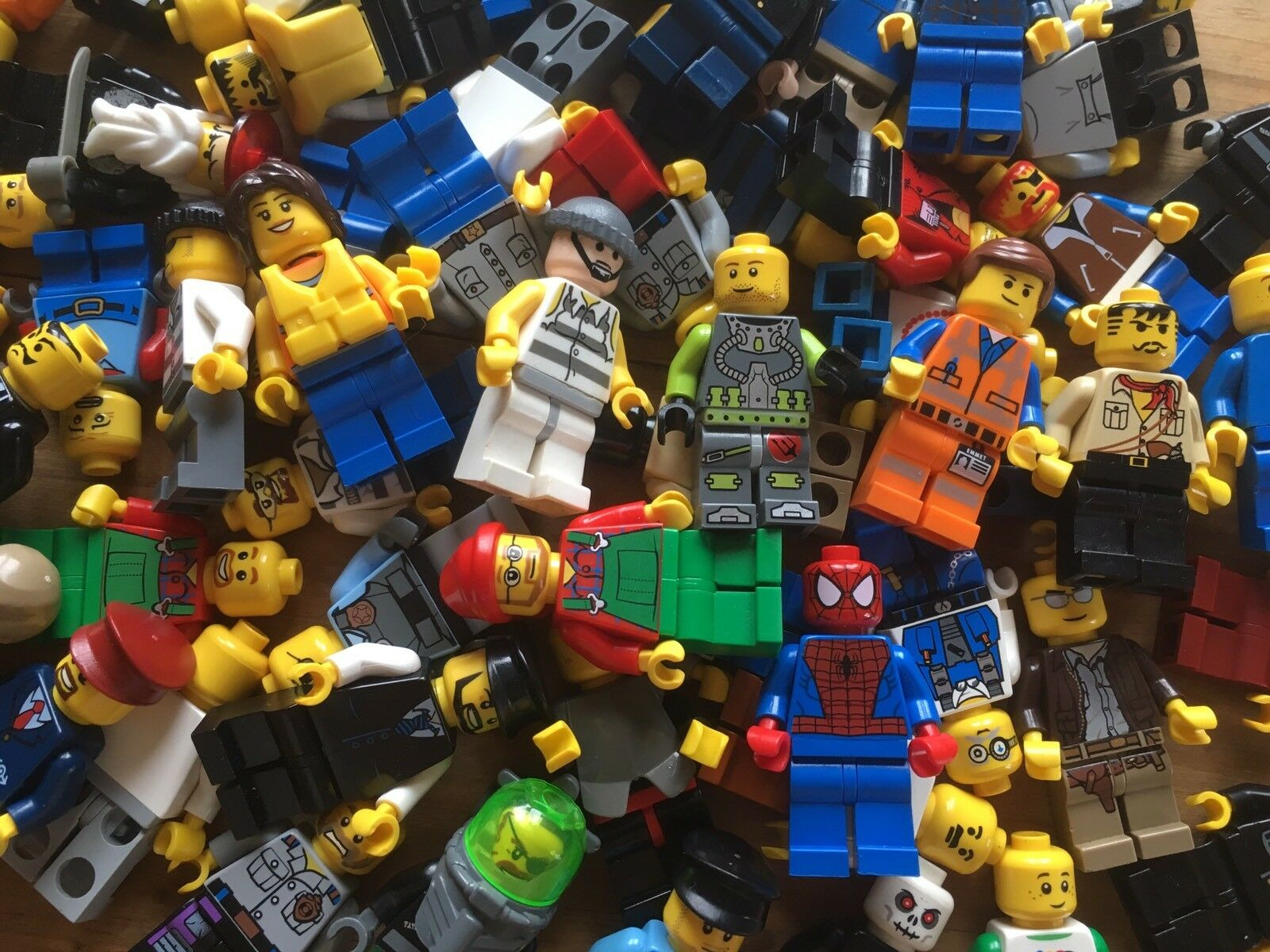 25xLEGO minifigures + 25 X Accessories   Weapons job lot space city police Fire