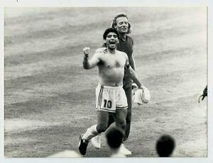 Maradona-esulta-in-campo-insieme-ad-un-membro-dello-staff-tecnico-Italia-039-90
