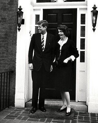 """KENNEDY /& WIFE /""""JACKIE/"""" JACQUELINE @ GEORGETOWN HOME 8X10 PHOTO ZY-337 JOHN F"""