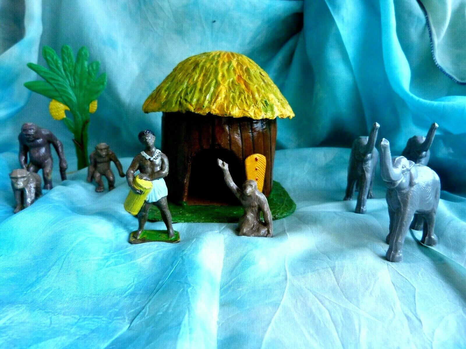 African hut + 1960 figurines Acedo-plastic toys soldiers African village