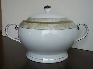 Royal-Doulton-China-Double-Handle-Lidded-Vegetable-Bowl-Gold-Luxury-Collection