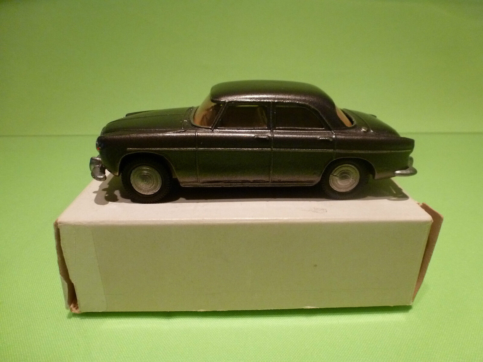 METAL BUILT ROAD REPRODUCTION LOCOMOTION  KIT ROVER P5B SALOON  1 42 - VG IN BOX